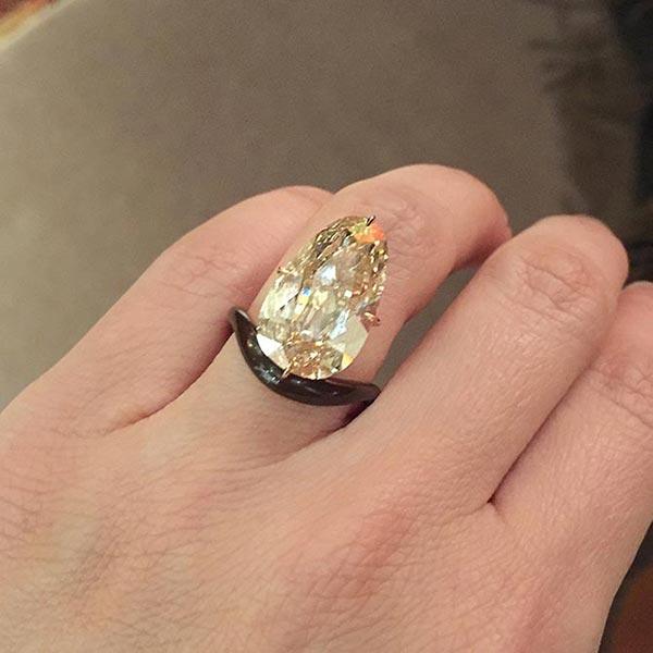 Scarlett Johanssons Engagement Ring Close Up